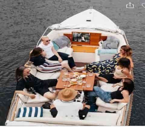 coffeeshop-boat-tour-pricate-tour-relaxation